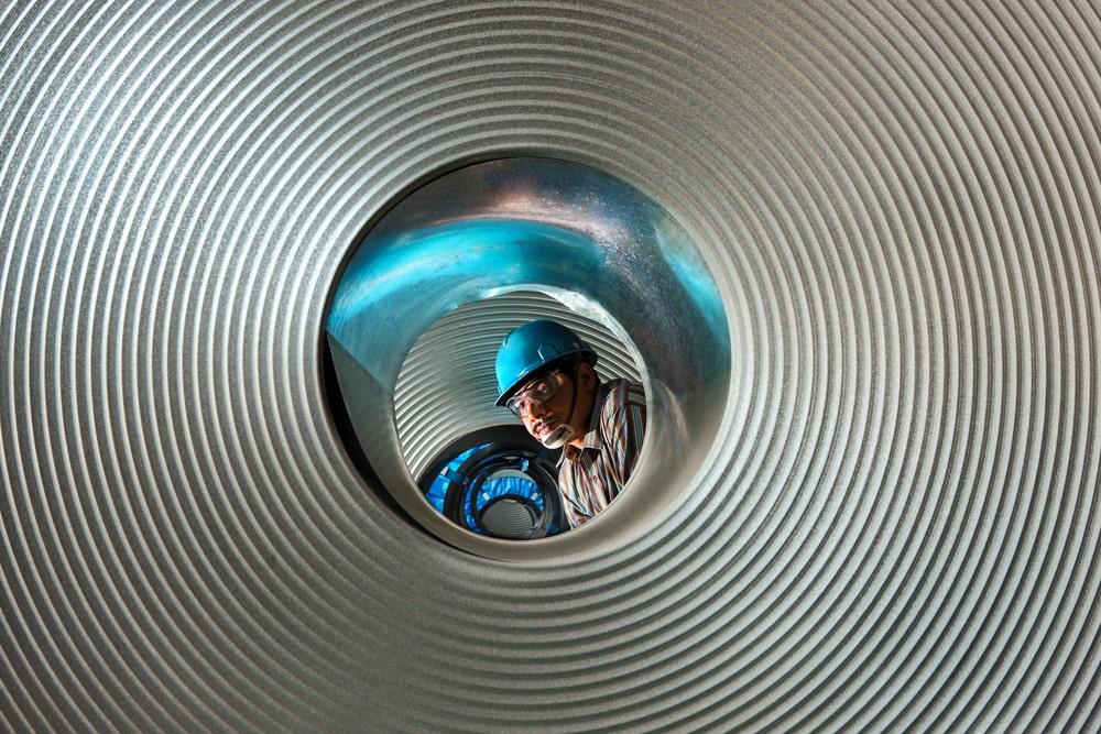 Qualitätskontrolle in einem Stahlwerk in Indien
